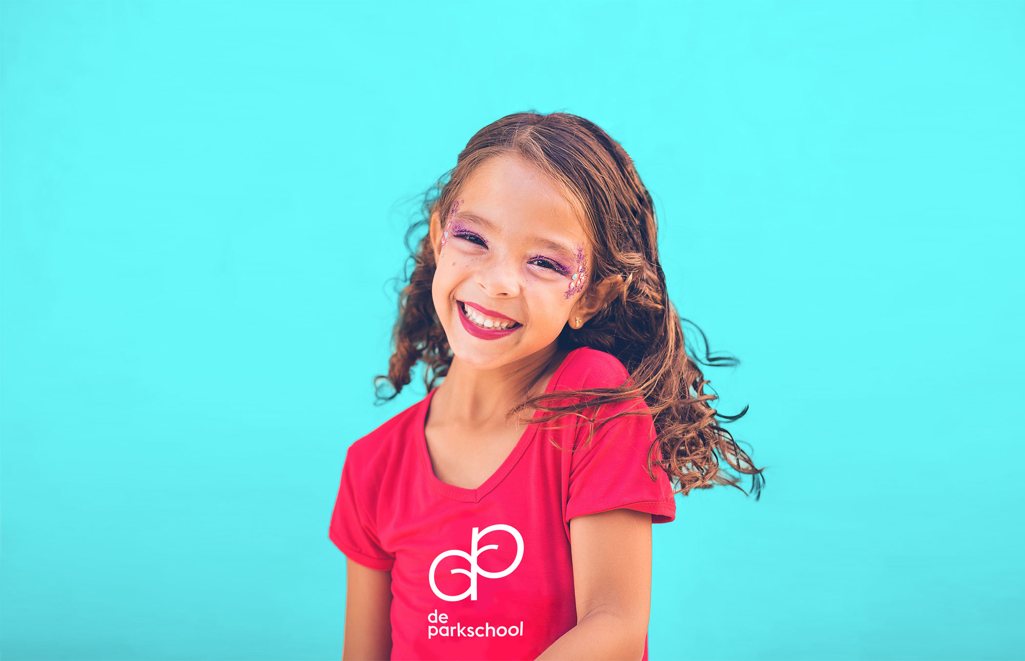 smiling girl with De Parkschool logo on her shirt